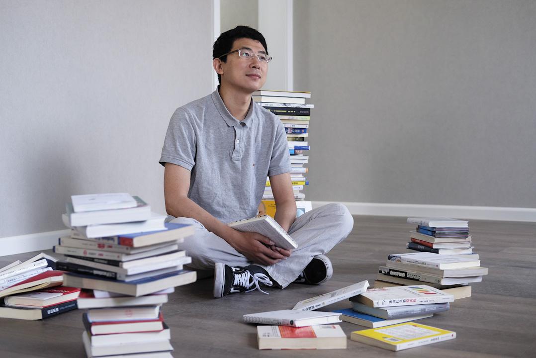 原先供職於內地財經媒體的周昶帆,2016年轉型成為一位「知識網紅」,現在「知乎Live」、「在行」、「怒馬」等平台上都有開課。