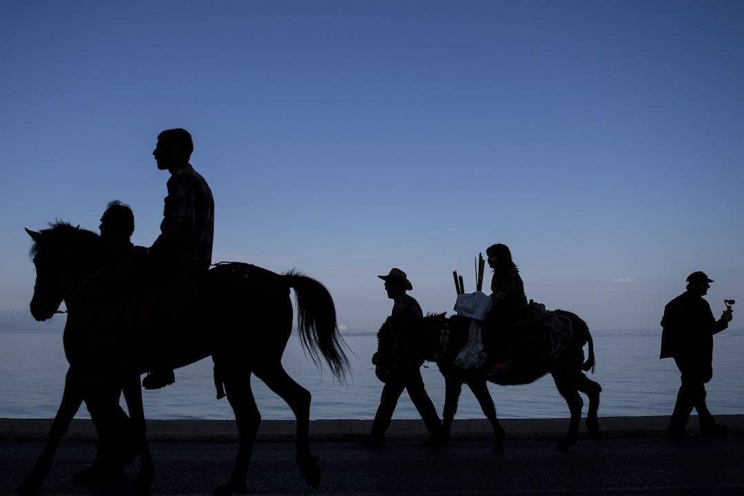 1990年代開始,不少中國人偷渡到歐洲謀生,其中希臘曾於2001年、2005年兩次總統大赦,當時幾千名中國黑戶都拿到身份。圖為一個希臘的傳統復活節活動。 攝:Leon Neal/Getty Images