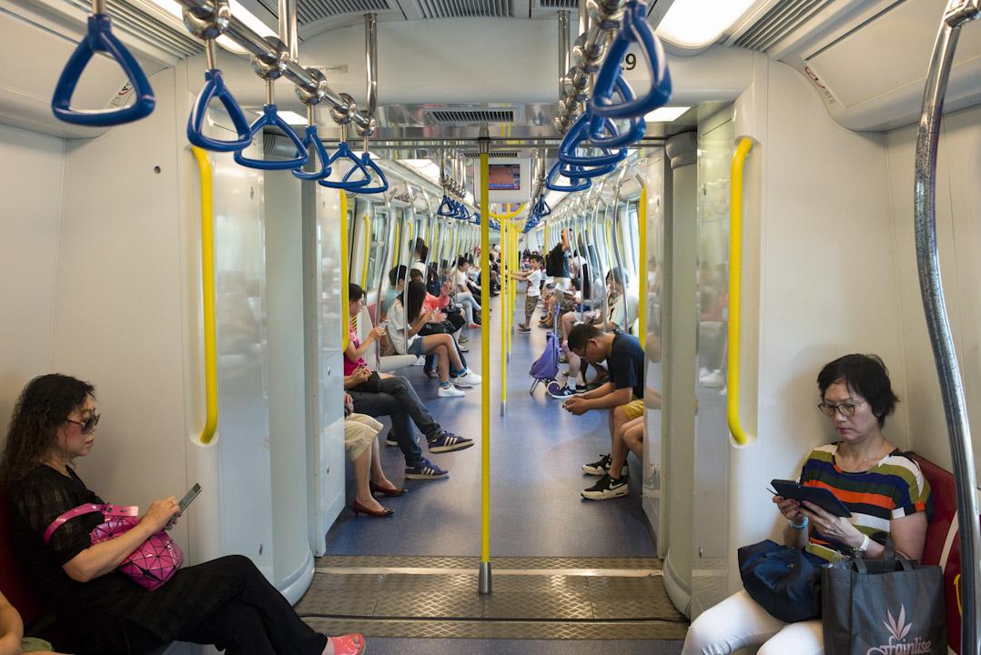 港鐵車廂內,不少乘客都成為低頭手機族。