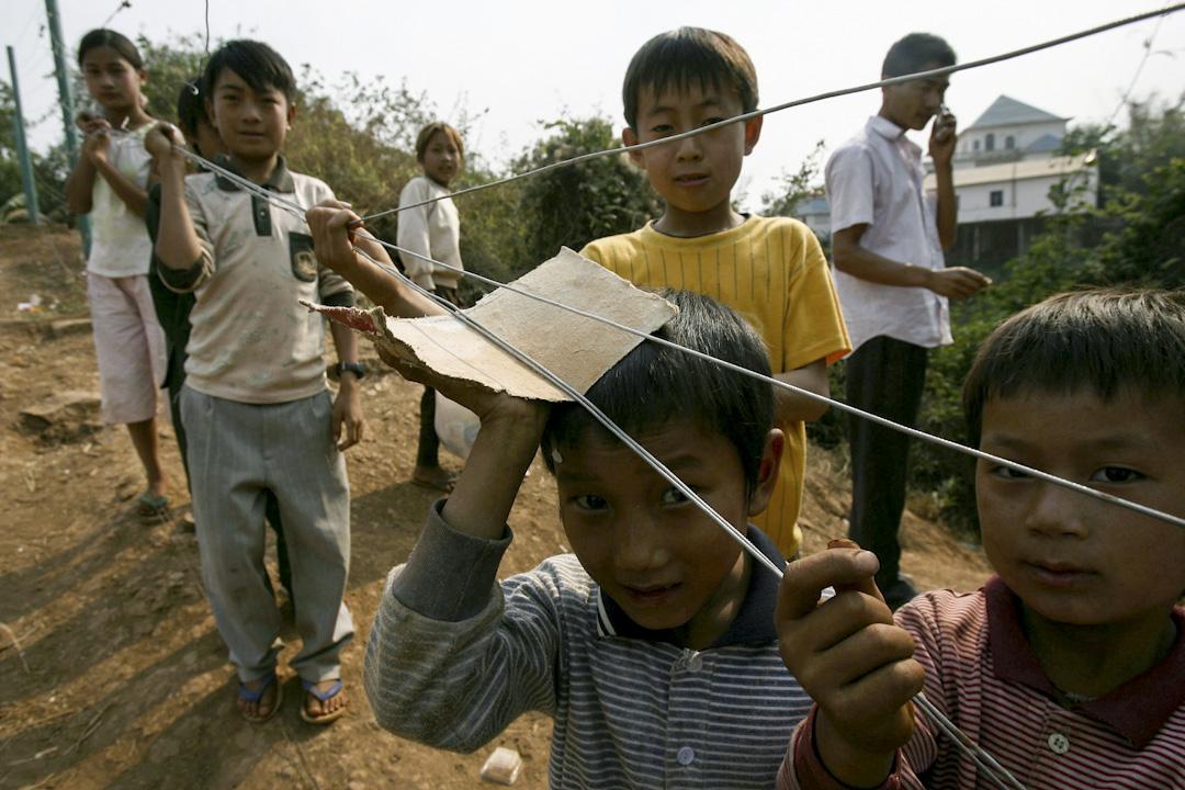 中緬邊境因頻繁戰事而流離失所的果敢難民,圖為果敢自治區鄉間的兒童。