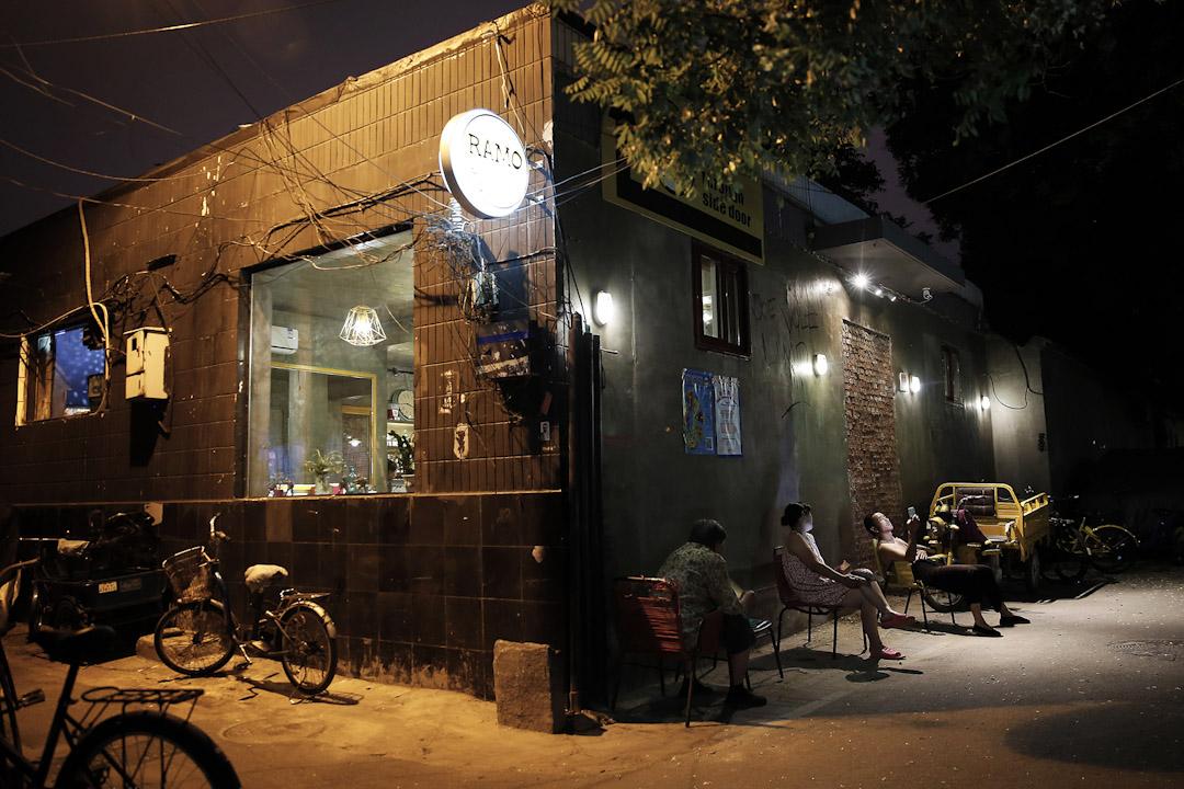 位於方家胡同的RAMO餐吧,前門遭圍封,客人們需在側門入內。
