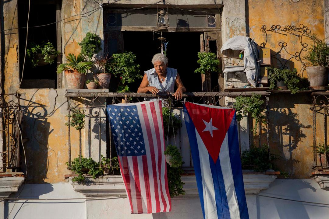 在古巴夏灣拿的一個住宅,陽台掛着古巴與美國的國旗。 攝:Ramon Espinosa/ AP