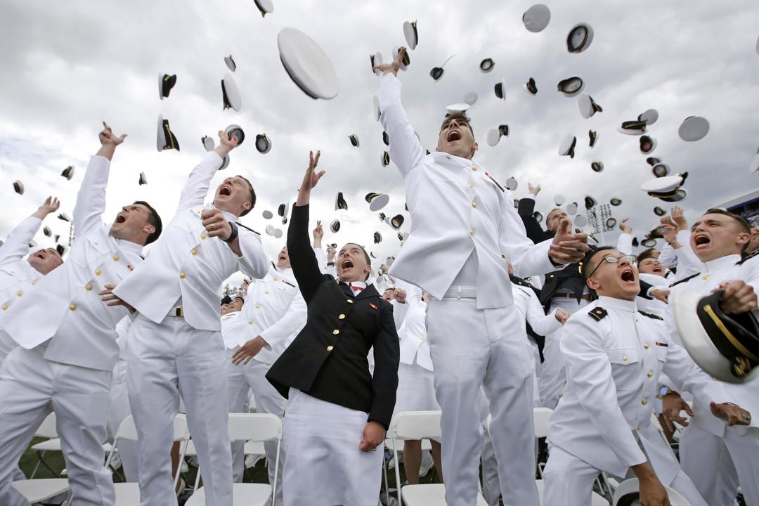 2017年5月26日,在美國馬里蘭州安納波利斯,美國海軍學院的畢業生在畢業禮完結後把帽子拋上天慶祝。