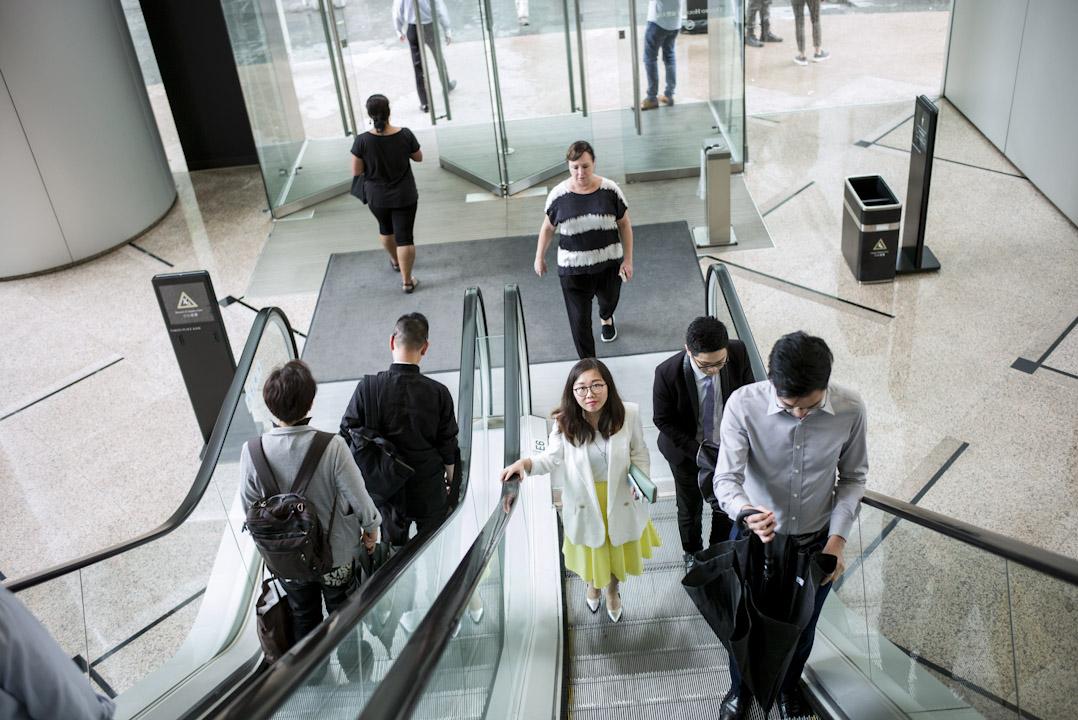 從事廣告業的向瑜仍是過着著典型的香港小民苦活:捱貴租、洗費貴、工時長。工作使她遍體勞累,政治令她意興闌珊,在生命最起伏的時刻,都與這小城的掙扎相纏共生。 攝:林振東/端傳媒