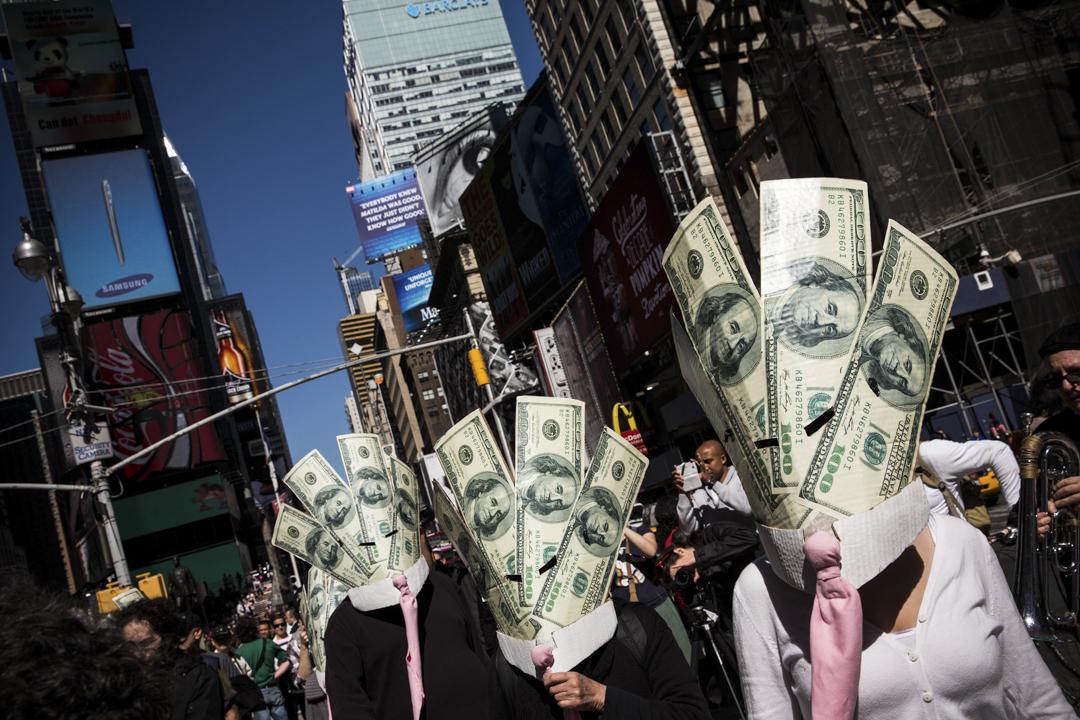 2013年9月17日,示威者於佔領華爾街兩周年時,於紐約時代廣場舉行示威,呼籲進行大規模的社會和金融改革。 攝:Andrew Burton/Getty Images
