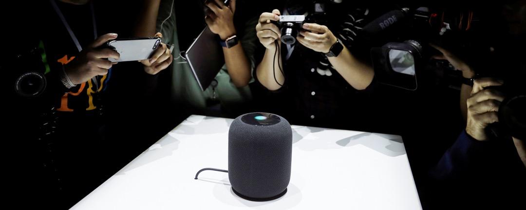 來自各個媒體的攝影師爭著拍攝蘋果公司剛在發布會推出的新產品 HomePod。