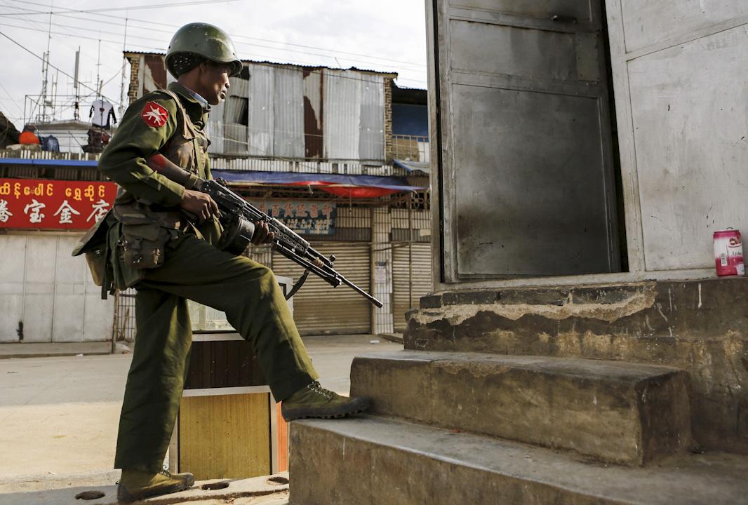 """2015年2月16日,緬甸果敢自治區老街,政府軍與""""果敢民族民主同盟軍""""在果敢地區發生13起戰鬥,共造成政府軍47人死亡、73人受傷。   攝:Lynn Bo/EPA"""