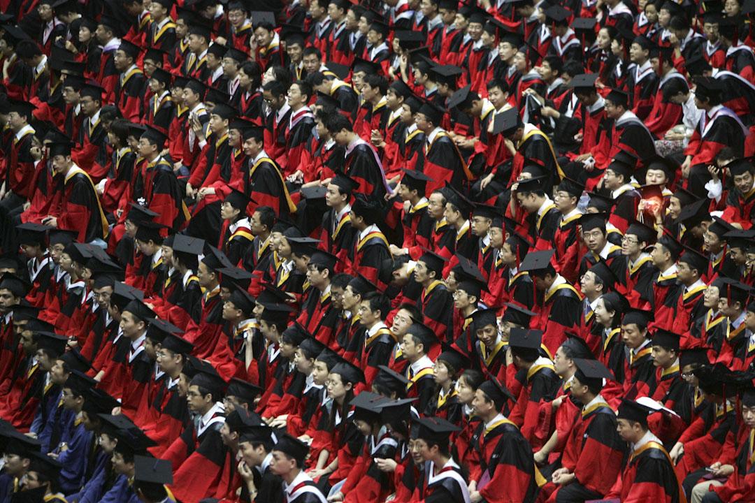 各大院校的畢業典禮也陸續開始,畢業生們用了許多形式與學生時期的自己揮別,可卻似乎很難安撫這一別之後內心不時翻湧的焦慮。 攝:China Photos/Getty Images