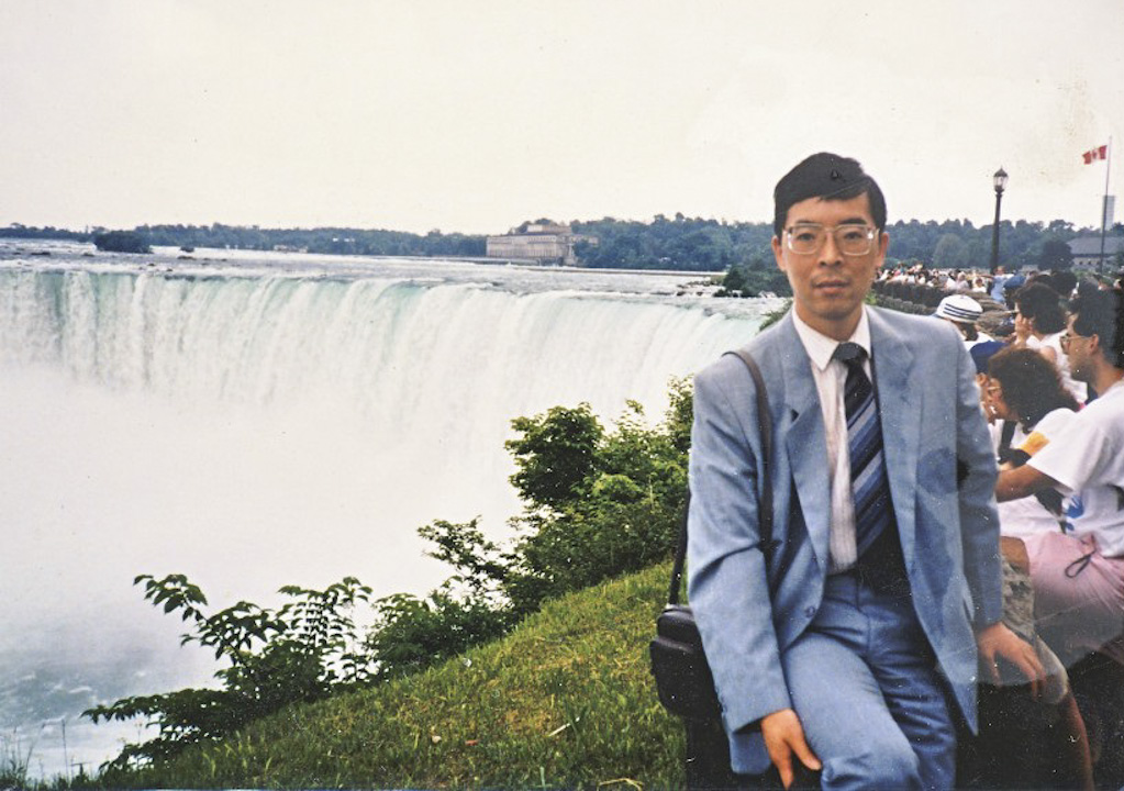 1989年春天的時候,33歲的吳仁華是中國政法大學的法律古籍整理研究所助理研究員、研究室主任,過着寧靜的書生生活。4月17日,吳仁華和中國政法大學六七百名學生,帶着花圈,沿着二環路走向天安門廣場,從那一天開始,吳仁華便加入了八九民運,和廣場的學生在一起,一直到最後一刻。