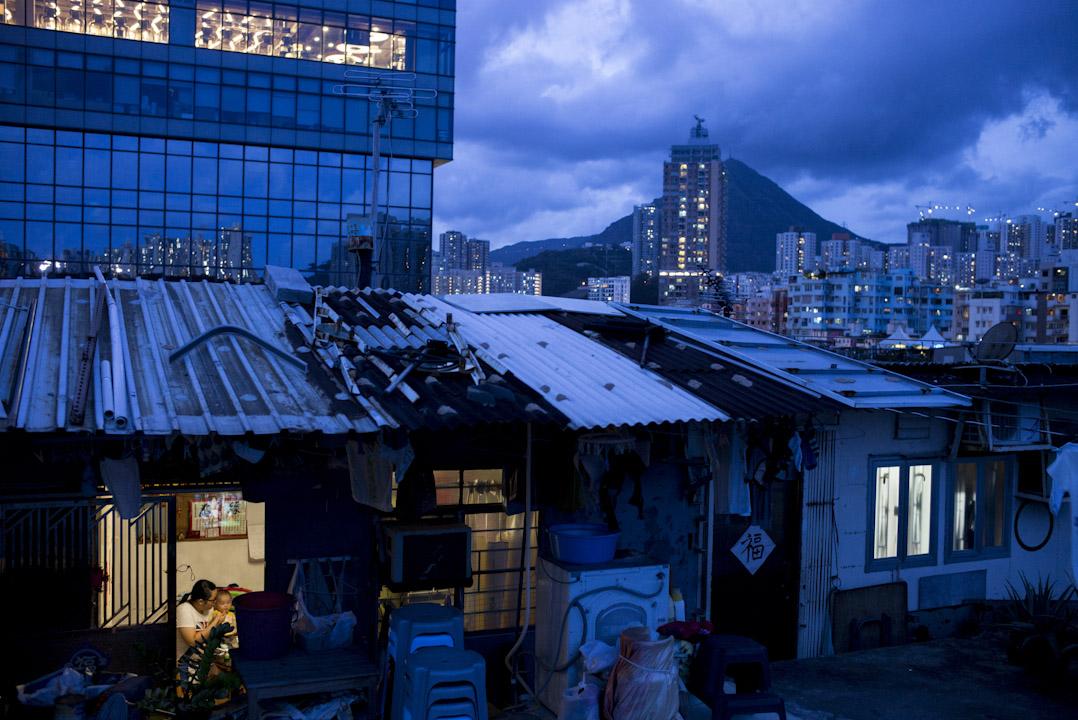 2017年6月,香港九龍一座工廠大廈的屋頂,20多戶市民居住在天台屋裏。主權移交20年後的今天,香港房屋問題依然嚴重,貧富差距越發拉大。 攝:林振東/端傳媒