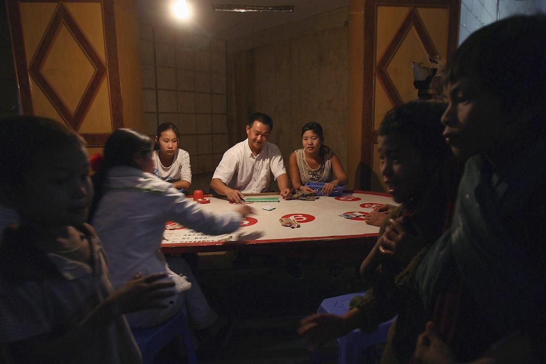 博彩業為果敢首府老街帶來了繁華,賭場所帶來的產業一條龍,從尋歡作樂的KTV、餐廳、性交易與高檔珠寶店,或為賭運不佳的賭客提供資金的當鋪。