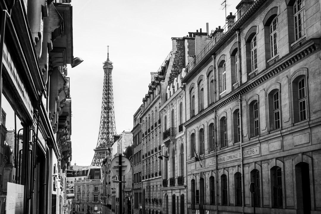 在法國巴黎的哈姆林港(Rue Hamelin)中看到的艾菲爾鐵塔。