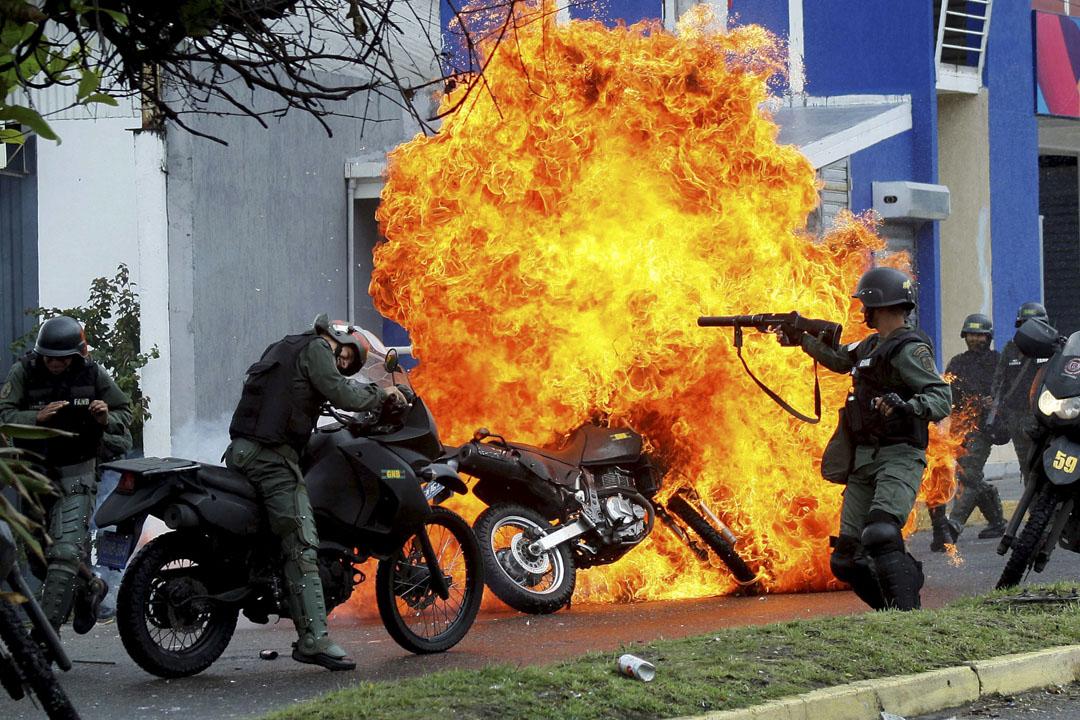 2017年5月29日,在委內瑞拉聖克里斯托瓦爾,防暴警察與反政府示威者發生衝突,期間一輛電單車被縱火焚毀。