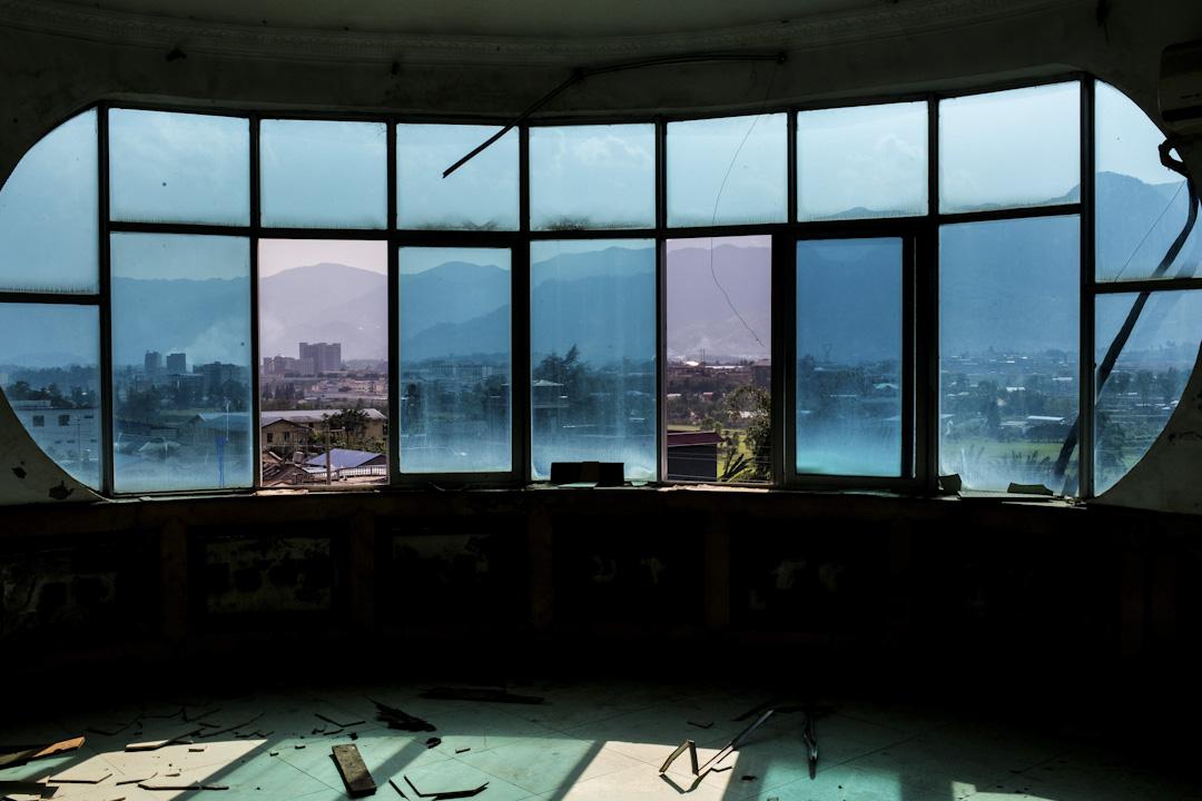 36戰事,果敢老街上不少建築物慘遭破壞,窗戶玻璃破碎。