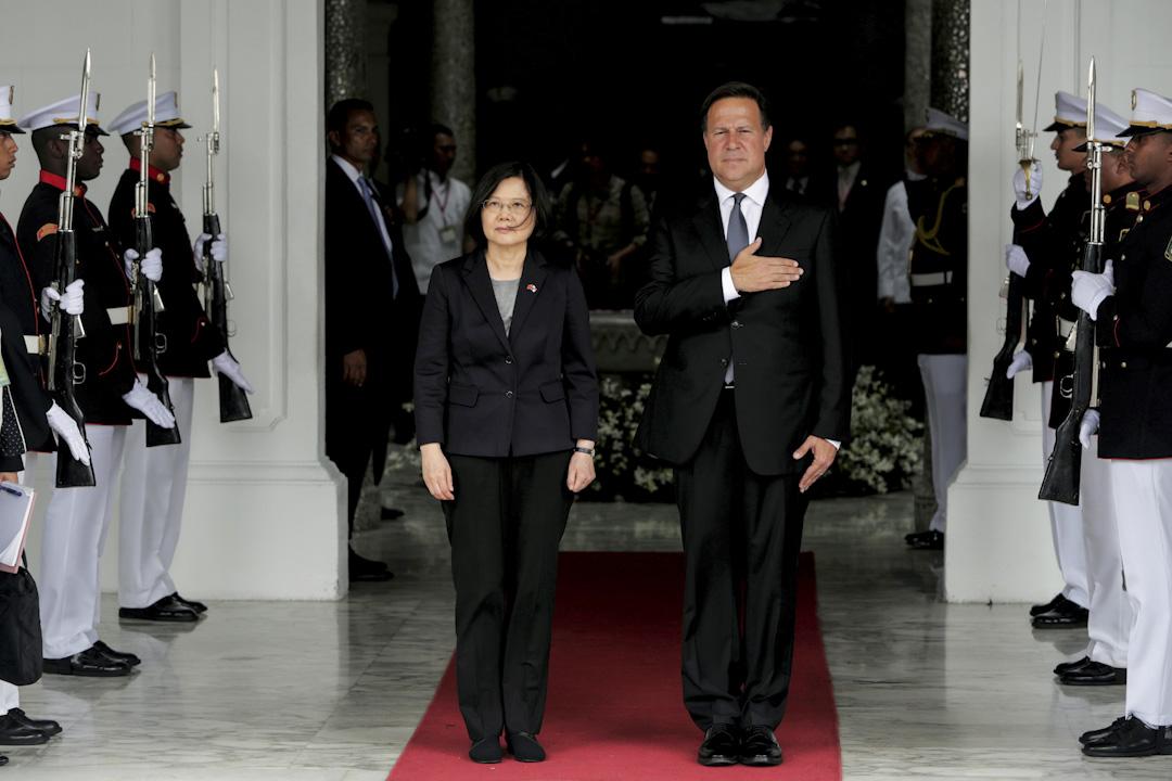 2016年6月27日,台灣總統蔡英文和巴拿馬總統Juan Carlos Varela在巴拿馬城總統府舉行會議,會前一起聆聽巴拿馬國歌。 攝:Carlos Jasso/Reuters