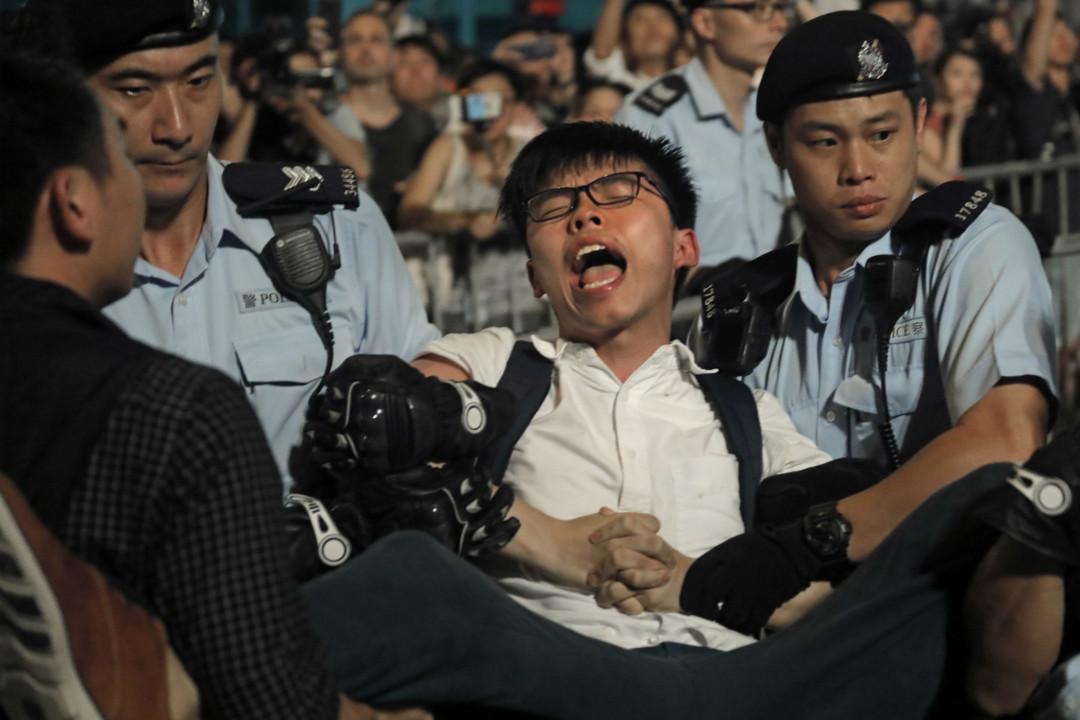6月28日,香港多个政团组织在新紫荆广场抗议,学生领袖黄之锋等26人被拘捕。 摄:Vincent Yu/AP