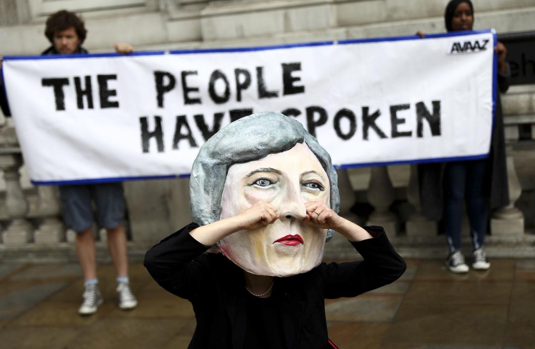 有反對人士在選舉結果公布後,裝扮成文翠珊的模樣,諷刺保守黨的選舉失敗。