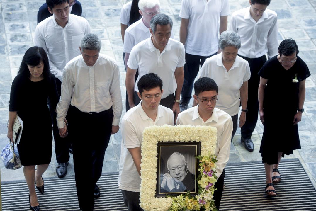 2015年3月29日,新加坡建國總理李光耀的國葬儀式舉行,目前李光耀的靈柩已抵達新加坡國立大學文化中心。圖為李光耀家屬抵達。從左至右:林學芬與丈夫李顯揚、李顯龍與妻子何晶、李瑋玲。    攝:Imagine China