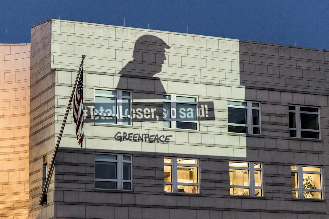 2017年6月2日,在德國柏林,來自環保組織「綠色和平」的示威者在美國領事館外牆投射反對美國總統特朗普退出巴黎氣候協定的影像。