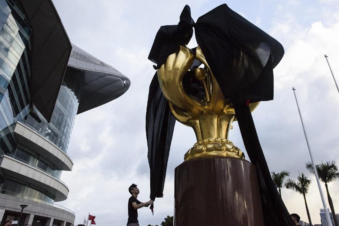 2017年6月26日,香港眾志、社民連及人民力量等10人於早上突襲會展金紫荊廣場,用黑布將金紫荊銅像罩住,象徵兩制岌岌可危。