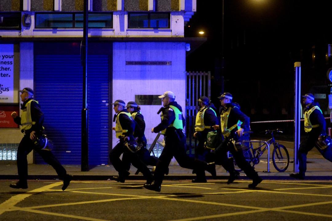 警察在恐襲現場戒備。