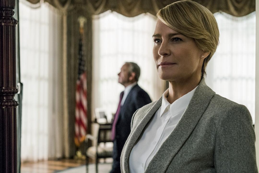 劇中飾演第一夫人Claire Underwood的演員 Robin Wright,曾與投資方有過薪酬談判,堅決要求與男主演同工同酬,否則不再續約。