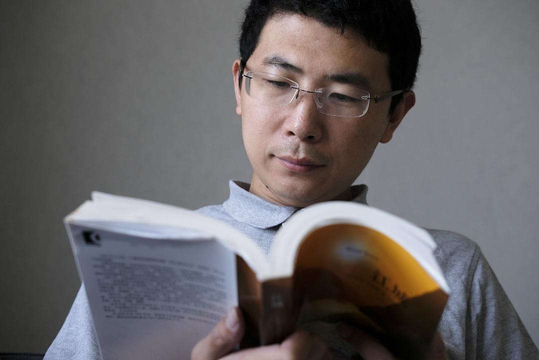 周昶帆一直愛看書,把看書視作對自己的投資,現在他仍保持每週一本書的頻率進行閲讀,並反思自己的讀書習慣和經驗教訓,也經常在豆瓣、知乎上面分享見解。
