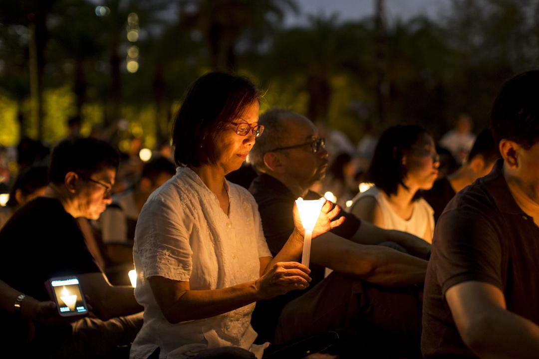 2017年,何芝君與丈夫丁南僑及女兒出席六四維園燭光晚會。