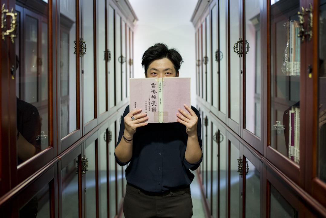 阿離手持小思在1983年出版的《香港的憂鬱》,其中如此形容香港:「沒有人會否認她的重要性,但奇怪的是也從沒有什麼人真正愛過她。」