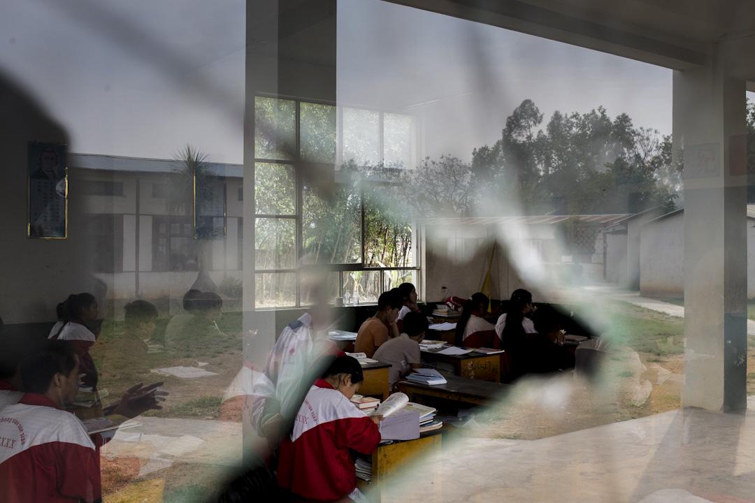 果敢地區的22,000多名學生,還有6,000多名尚未返校就學,而207所學校中只有120所復課。在戰區辦學困難重重,再加上歷史與地緣關係影響,果敢與緬甸內地教育制度形成兩條沒有交集的平行線。