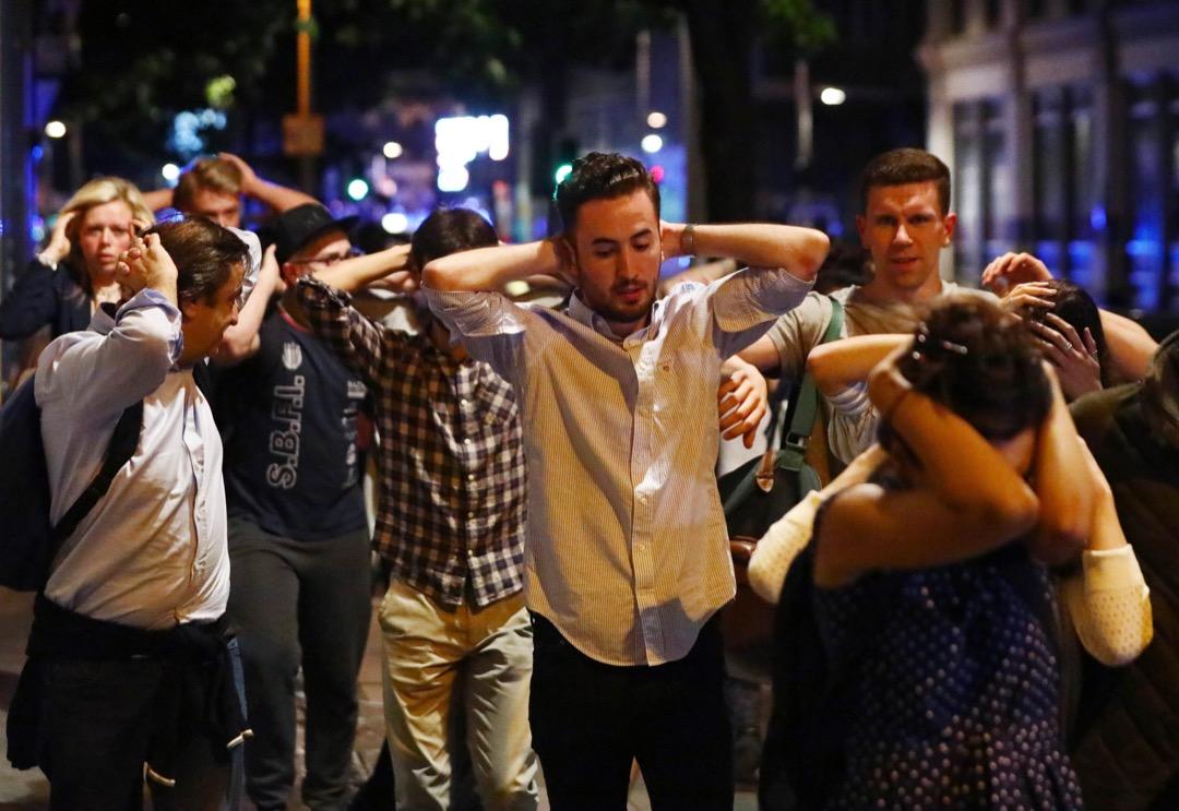 恐襲發生後警方緊急疏散現場,途人跟著警察指示離開。