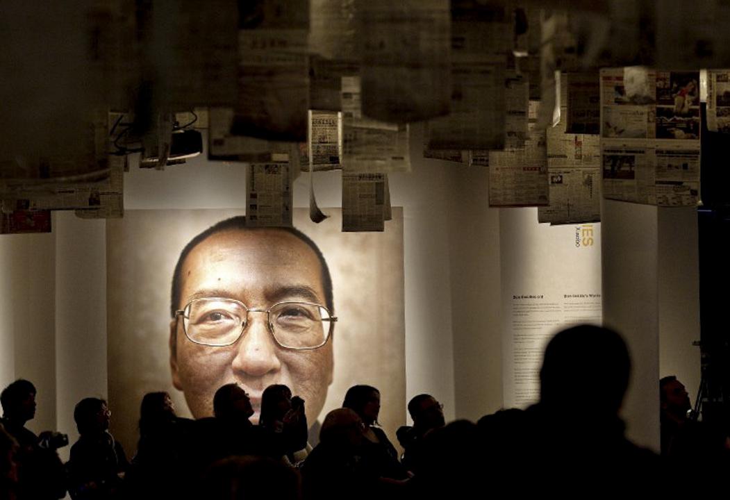 2010年12月10日,諾貝爾和平獎頒獎典禮在挪威奧斯陸舉行,諾貝爾和平獎得主劉曉波的巨型照片懸掛在會場內。 攝:Daniel Sannum Lauten  / AFP