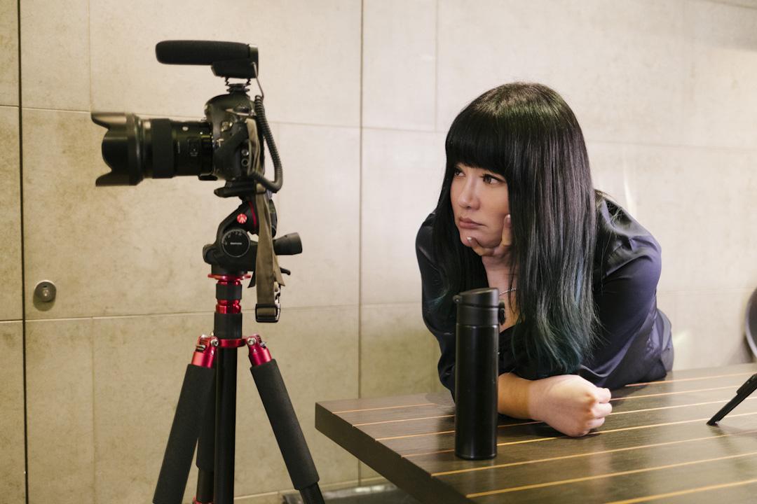 網路Youtuber的聲勢逐漸竄起,唐綺陽自掏腰包,製作每週短影音,在網路上分享每週星象單元。不到一年就顯現影響力,圖為唐綺很重視自由出鏡的樣子,訪問期間要求觀看攝影師所拍攝的畫面。