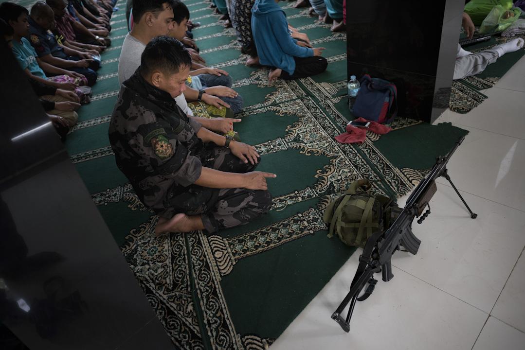 全球大約有16億穆斯林,中東及北非地區只佔當中的3億1700萬,而亞太地區卻獨霸9億8600萬人口,是前者的三倍。圖為2017年5月26日,教徒在齋月前一天在馬拉威市的清真寺內參加週五的禱告。
