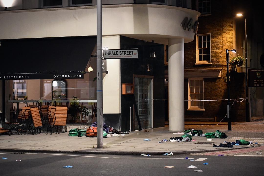 在恐襲現場的一家咖啡店外,雜物和急救物質佈滿行人路上。