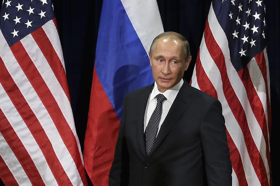 根據美國情報機關在特朗普就職前的報告,在大選期間,俄羅斯黑客攻破民主黨全國委員會(DNC)郵件服務器及希拉莉的競選主席波德斯塔(John Podesta)的電郵帳戶,把郵件提供給維基解密發布。情報機關相信這些黑客是在普京指使下做的。圖為普京於2015年與時任美國總統奧巴馬在聯合國總部見記者。
