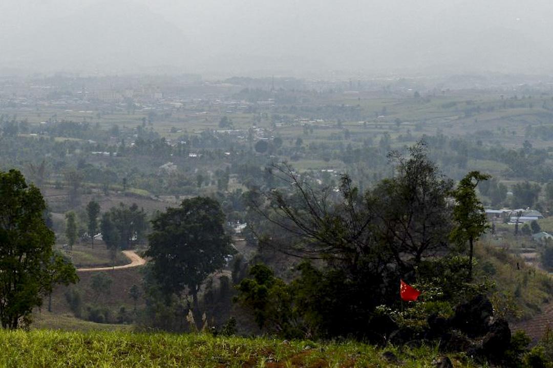 中緬邊境的雲南臨滄南傘鎮上,口岸通道插上了一枝中國國旗,遠處為果敢自治區。