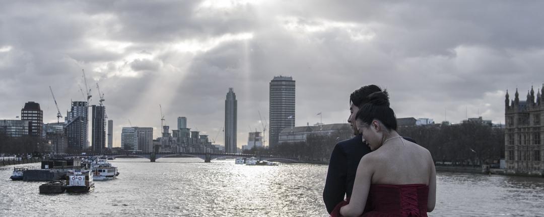 一對中國夫婦於英國倫敦西敏橋上拍攝婚紗照。
