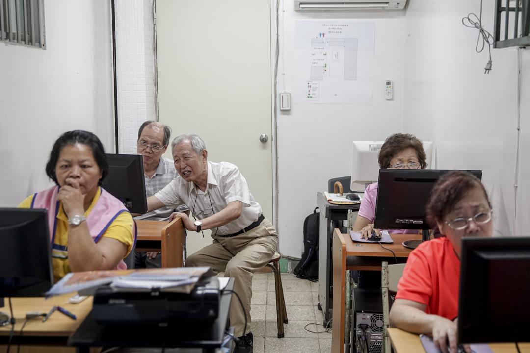 2009年的夏天,張望豪80歲,他借用里民辦公室的空間,把家裡的舊電腦搬到里民辦公室,鼓勵社區長輩學習使用各式各樣的電腦軟體,並用學費再添購新的電腦。 攝:張國耀/端傳媒