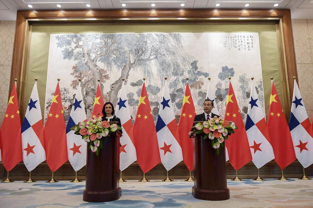 2017年6月13日,北京,巴拿馬副總統兼外交部長 Isabel de Saint Malo 與中國外交部長王毅簽署建交文件後召開記者會。