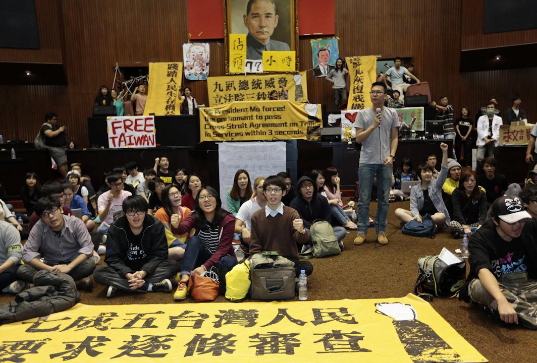 2014年3月24日,數百名學生因反服貿協議佔領台灣行政院。 攝:Ashley Pon / Getty Images