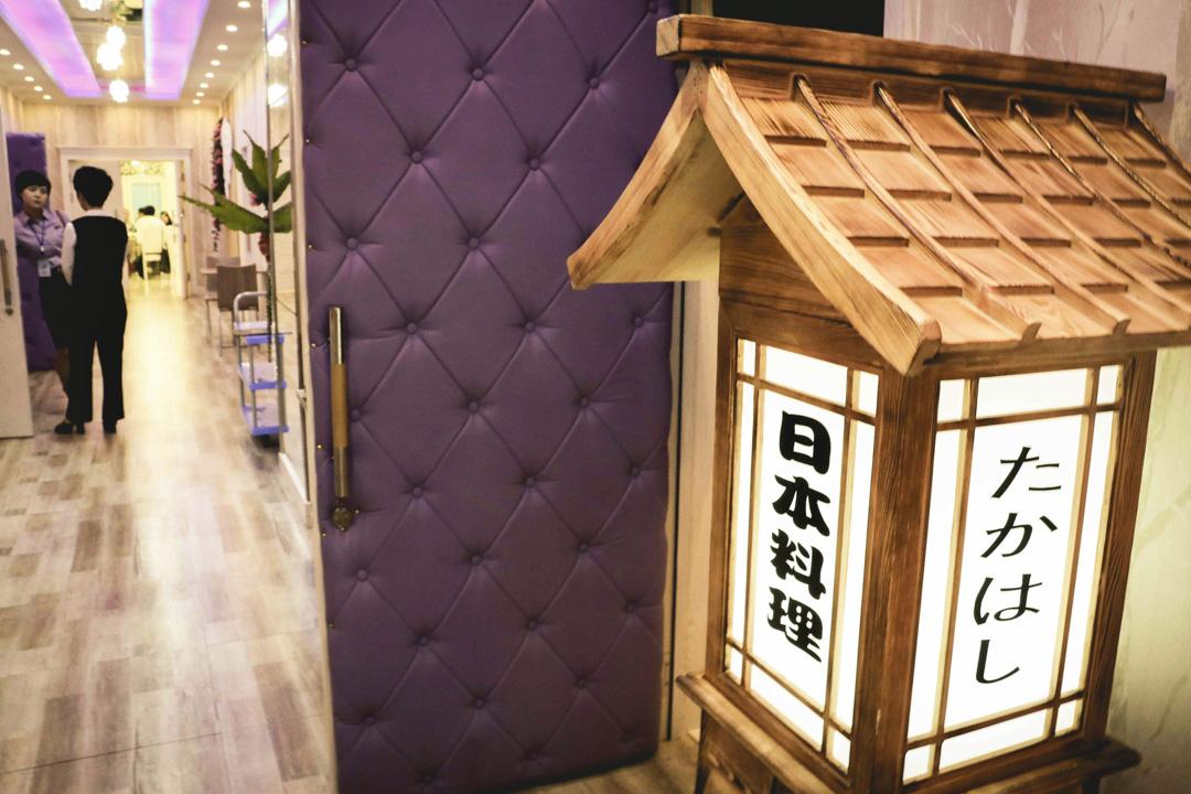 藤本健二在平壤開設的壽司店於2017年初開業,位處平壤高端百貨公司「天堂百貨」旁,看來是志在吸引平壤的新興消費階層光顧。