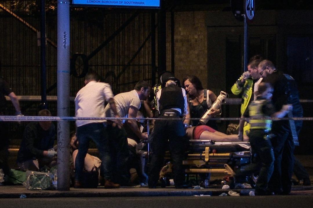 遇襲途人接受醫護人員急救。