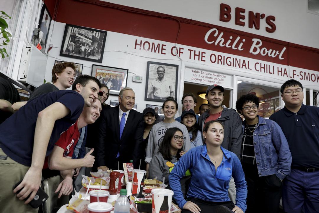《紙牌屋》拍攝現場,Kevin Spacey與粉絲們合照。