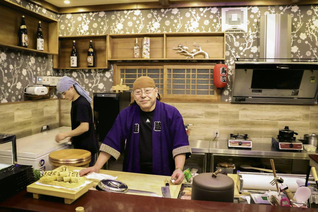 前北韓領袖金正日御廚藤本健二在平壤開設的壽司店,餐廳由一個日式壽司廚房與一個主要食堂組成。