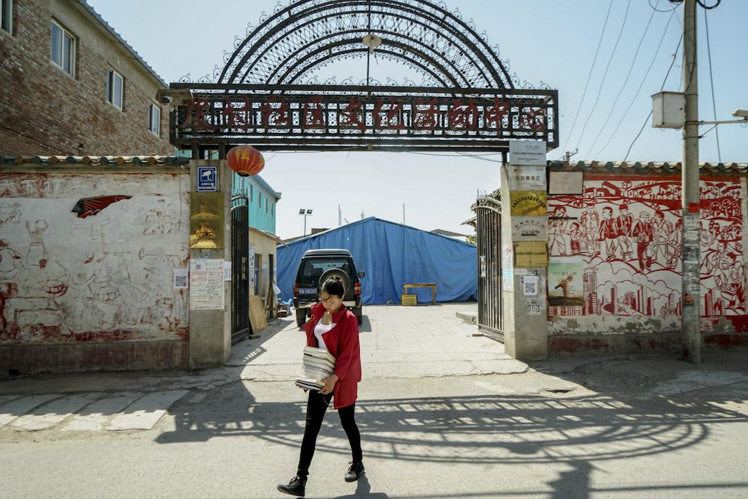 皮村是北京城鄉結合部的一座村莊,2014年,皮村文學小組成立,因為小組成績員范雨素在界面新聞發表的文章《我是范雨素》,三天內達到四百萬閲讀量,令皮村文學小組也因此名聲大噪。