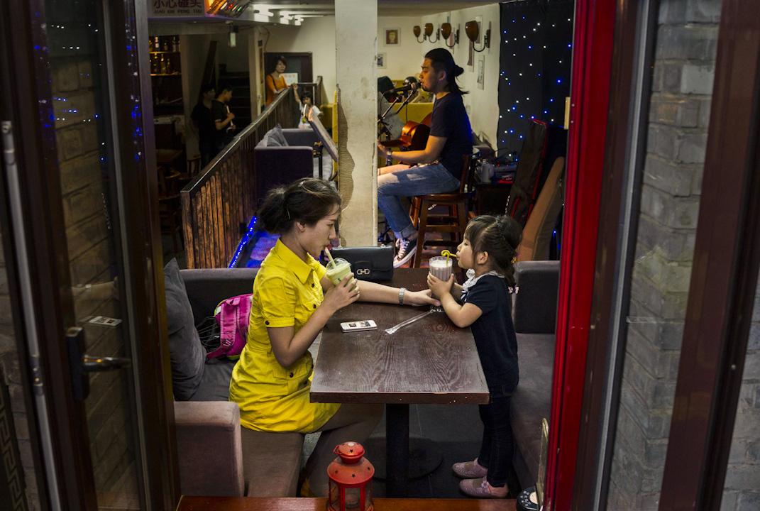 在北京的傳統胡同小區,因小本而出現很多可維生的經營,有不少場地供獨立歌手表演,發展出那混搭的可能性。