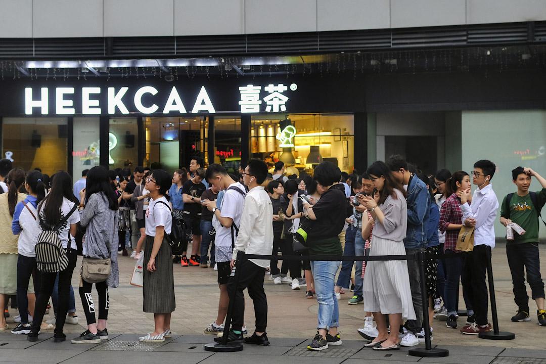 2017年4月15日,廣州一家喜茶門店門前排隊的眾多年輕的消費者。   攝:Aming / Imagine China