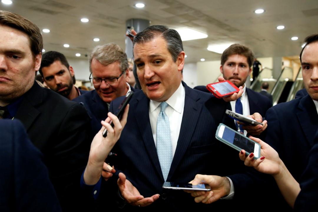 6月22日,美國共和黨參議員克魯斯(Ted Cruz)對新醫改法案表態後被記者包圍。 攝:Joshua Roberts/Reuters