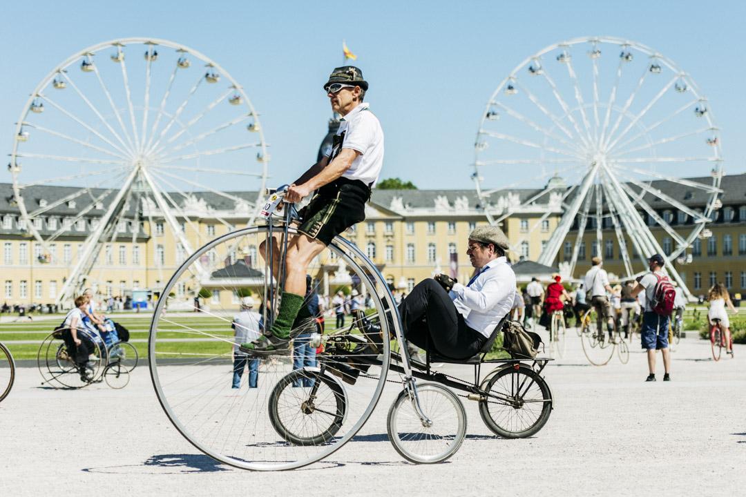2017年5月27日,在德國卡爾斯魯厄舉行了一個專為世界各地單車老手而設的活動,參加者穿上古典服飾,踏著高輪車,慶祝單車誕生200週年。